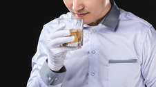 男性服务员洋酒服务501098631图片
