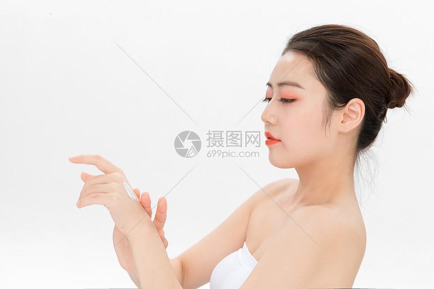 美女涂护手霜图片