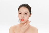 美女眼部护理涂眼霜图片