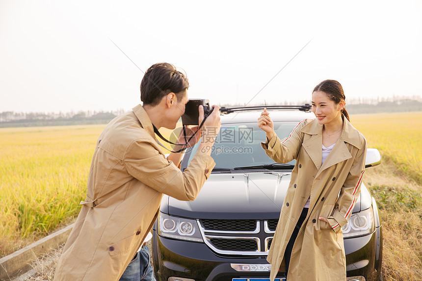 情侣出行郊游拍照图片