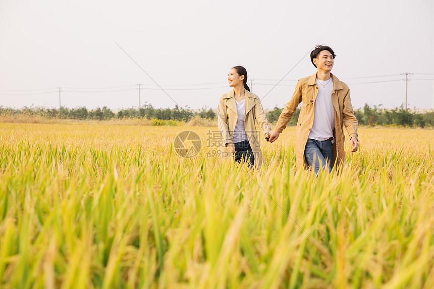 情侣郊游图片