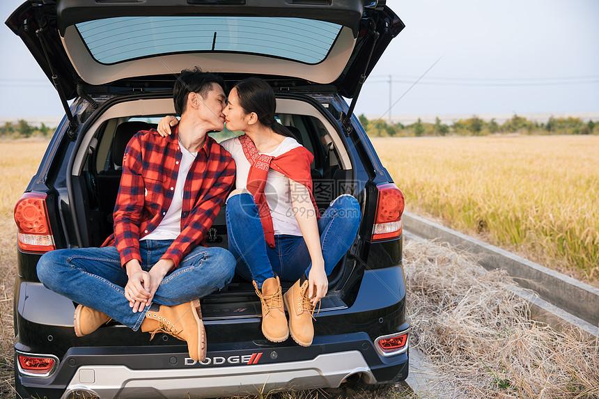 情侣汽车出行郊游图片