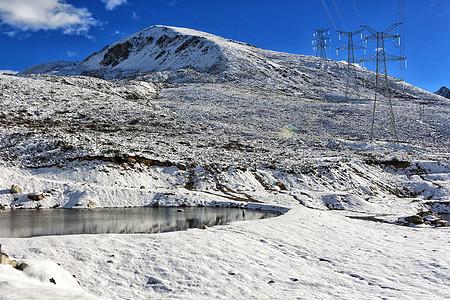 川西雪后折多山上的湖泊图片
