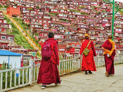 色达佛学院中结伴步行的喇嘛图片