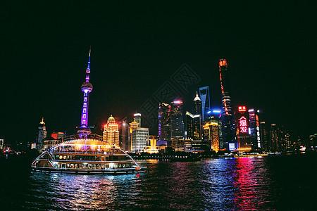 上海外滩和黄浦江上的游轮图片