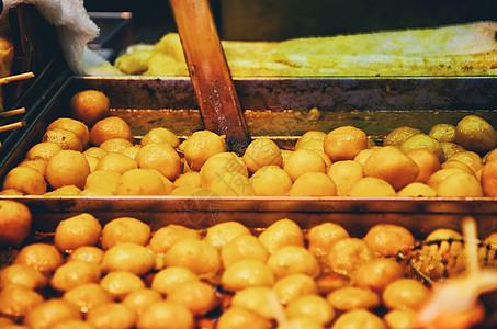 香港弥顿道夜市里沸腾的咖喱鱼丸图片
