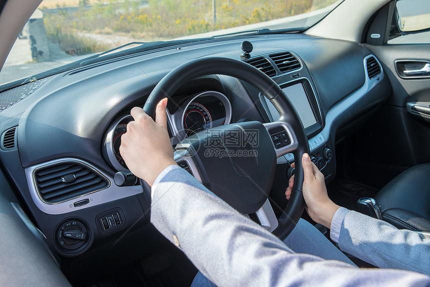 商务女性驾车方向盘图片