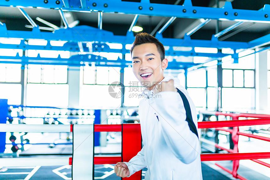 体育馆男性庆祝形象图片