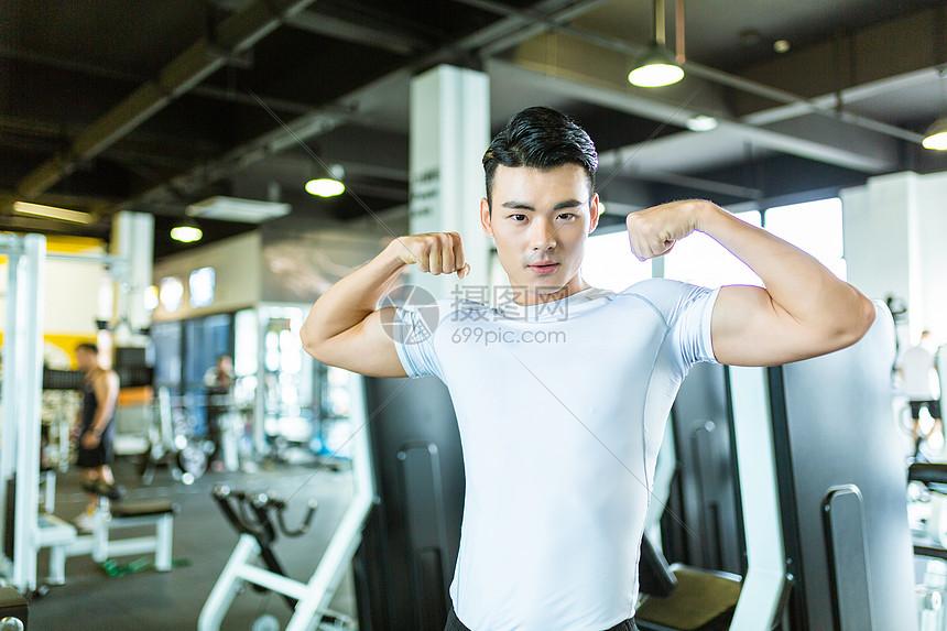 健身男性展示肌肉形象图片