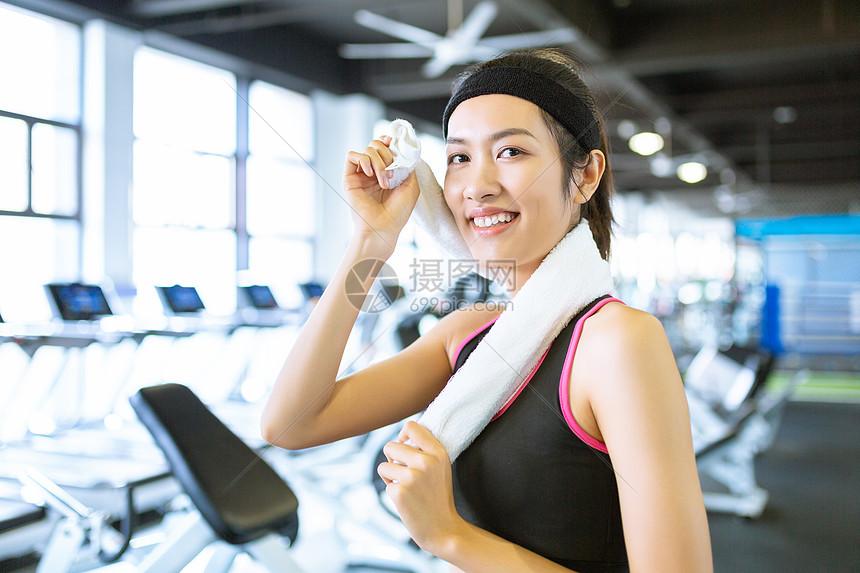 运动女性擦汗形象图片