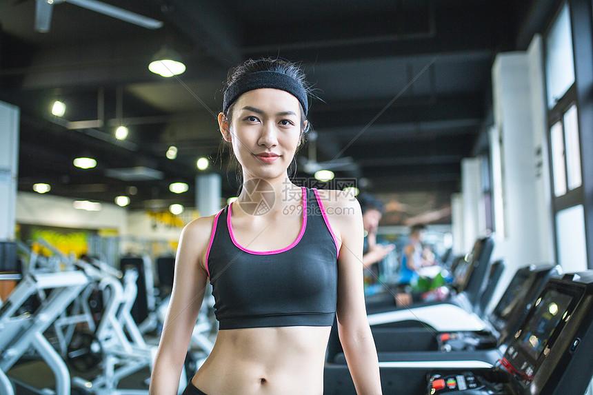 瘦身女性健身房形象图片