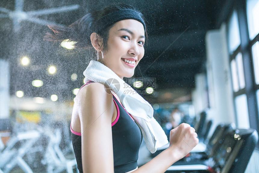 运动女性健身跑步图片