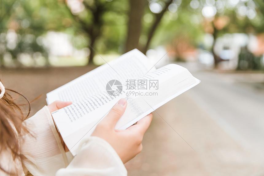 文艺青年阅读特写图片