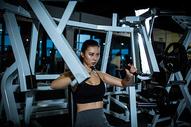 女性健身推力训练图片