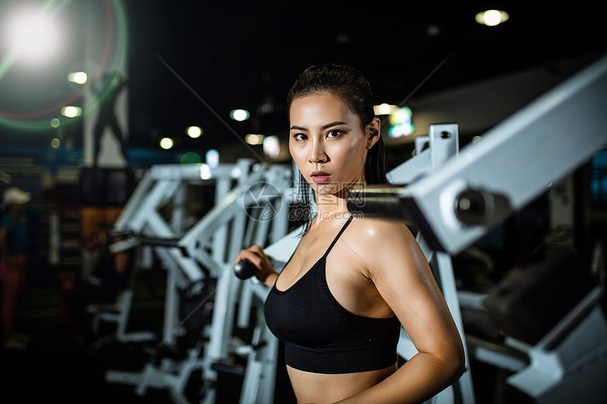 健身房女性人像图片