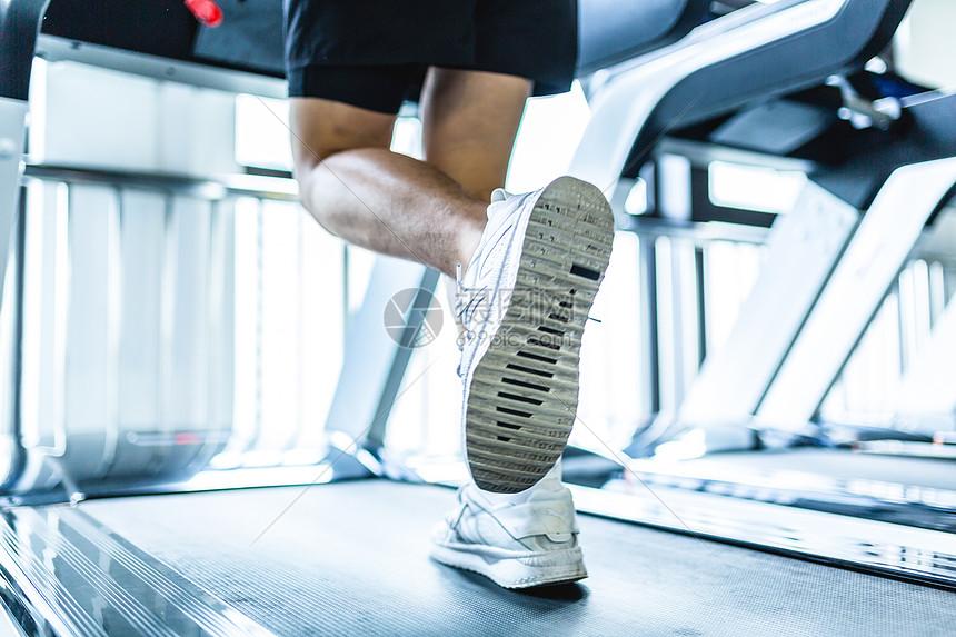 健身房跑步特写图片