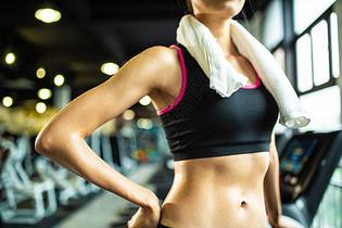 运动女性身体局部特写图片