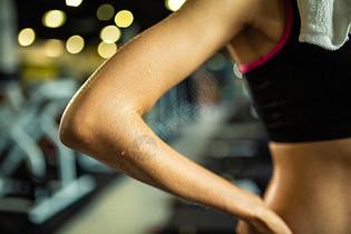 运动女性身体手臂出汗特写图片