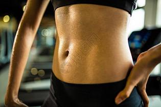 运动女性身体腹部特写图片
