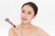 女性化妆拿粉底刷501100897图片