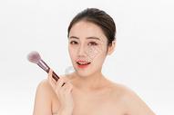 女性化妆拿粉底刷501100898图片