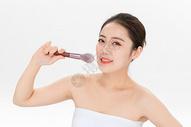 女性化妆拿粉底刷501100899图片