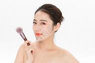 女性化妆拿粉底刷501100901图片