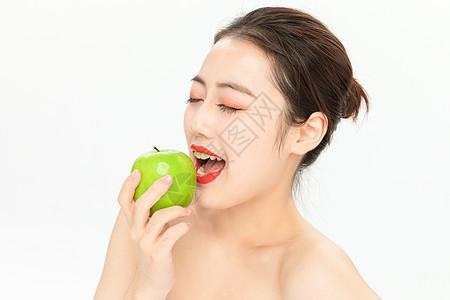 吃青苹果的美女图片