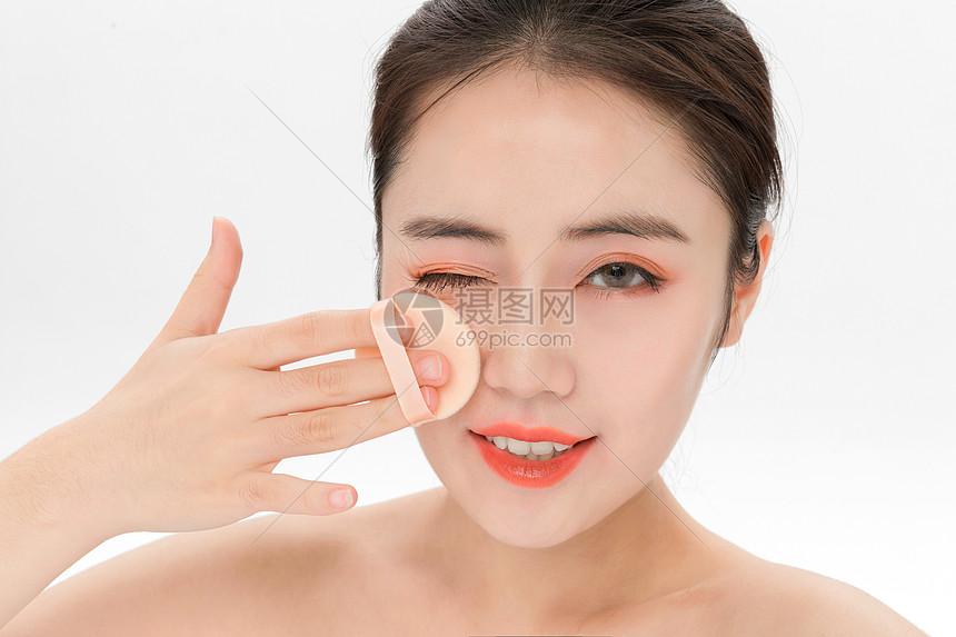 美女化妆涂粉底图片