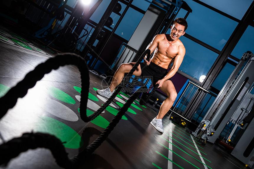 做战绳训练的男性图片