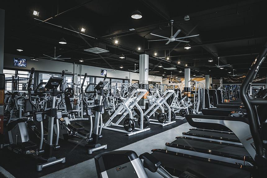 健身房的健身器材图片