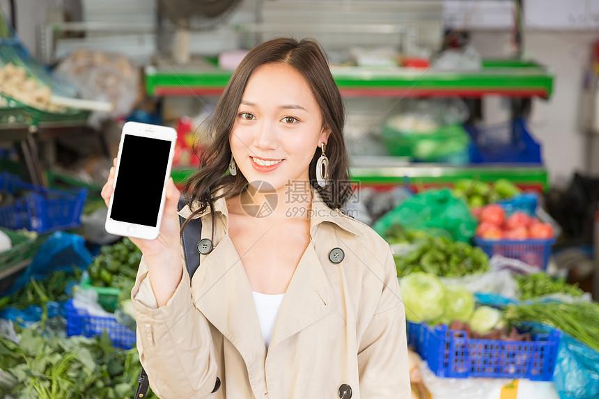移动支付青春女孩手拿手机图片