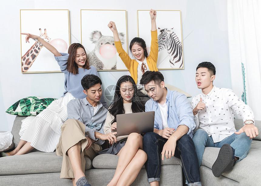 青年聚会玩电脑图片