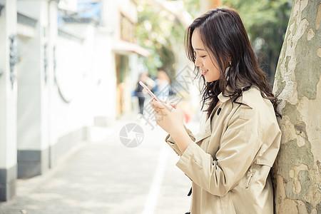 女性生活看手机图片