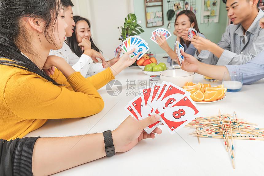 青年聚会玩手游吃零食图片
