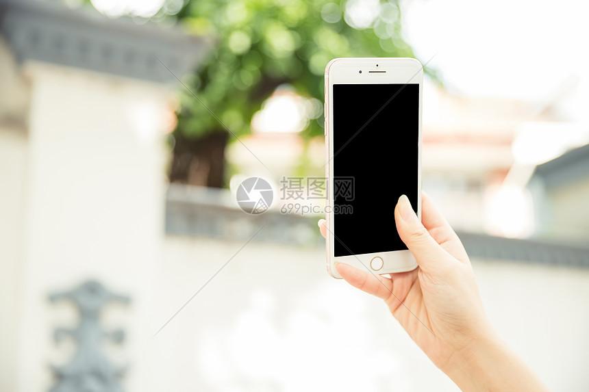 女性生活手拿手机特写图片