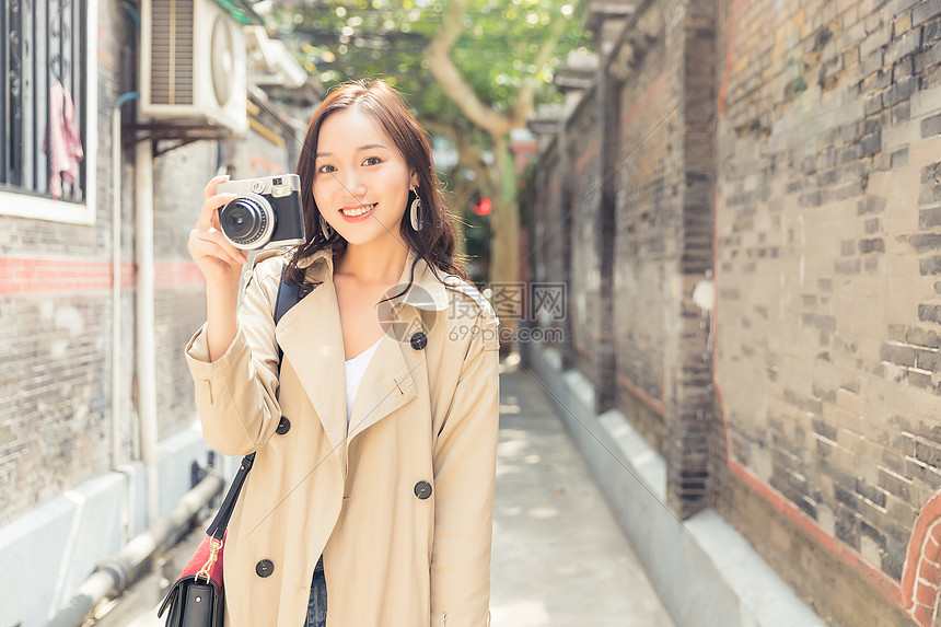 旅行青春女孩手拿照相机图片