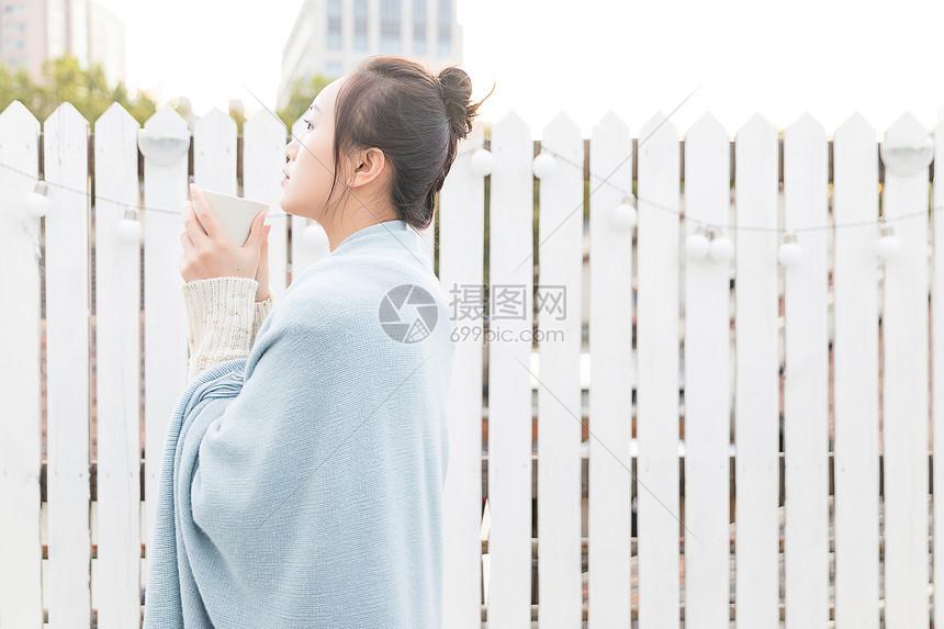 温暖冬日年轻女性喝水图片