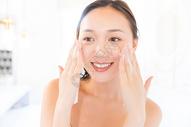 年轻女孩护肤洗脸图片