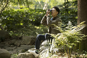 男性户外远足摄影图片