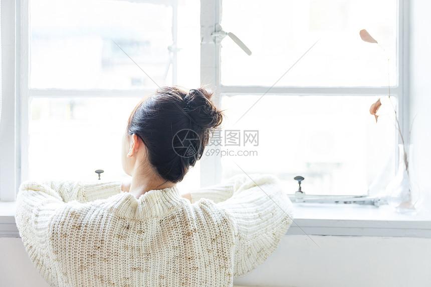 青春女孩窗台背影图片