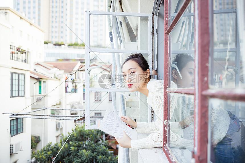 青春女孩窗台看书图片