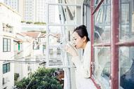 青春女孩窗台喝水图片