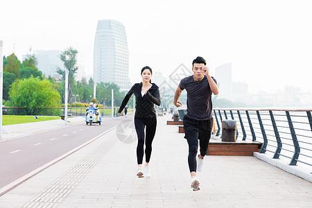 青年男女晨跑图片