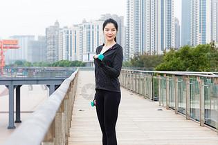 青年女性健身图片