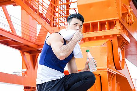 锻炼男性擦汗图片