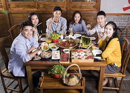 青年聚会吃火锅图片