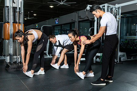 健身房团队热身运动图片