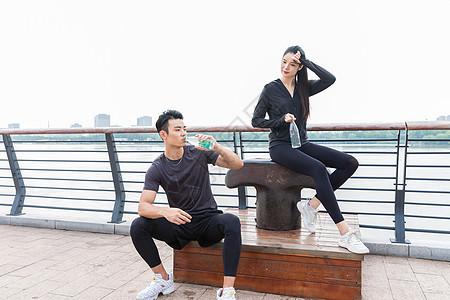 青年健身男女休息图片