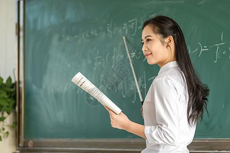女老师上课讲解图片